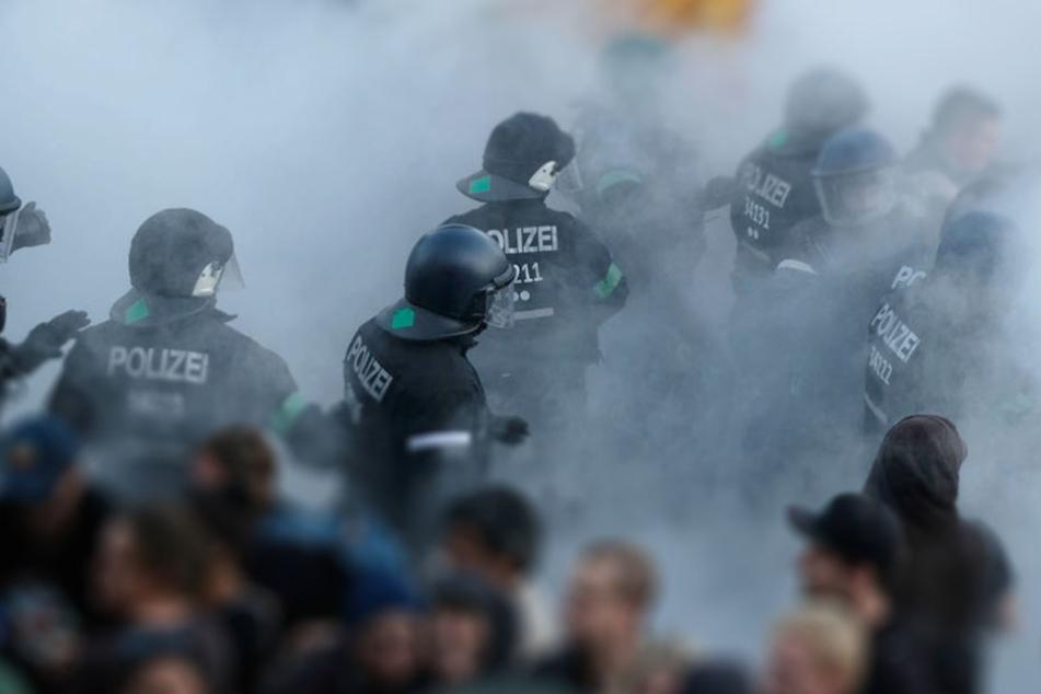 Polizisten bei Ausschreitungen während des G20-Gipfels in Hamburg.