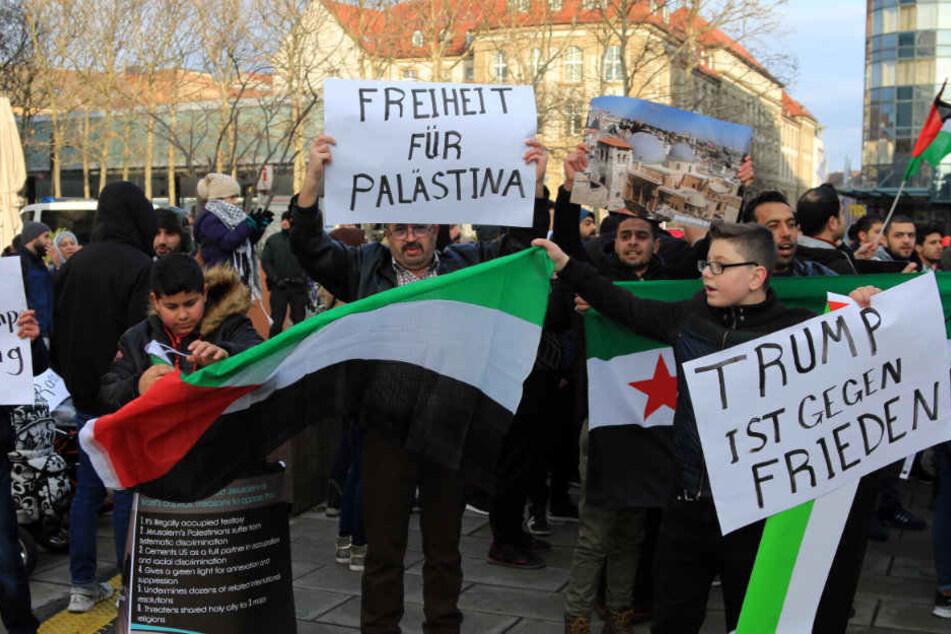 Rund 100 Menschen demonstrierten gegen Israel und Donald Trump.