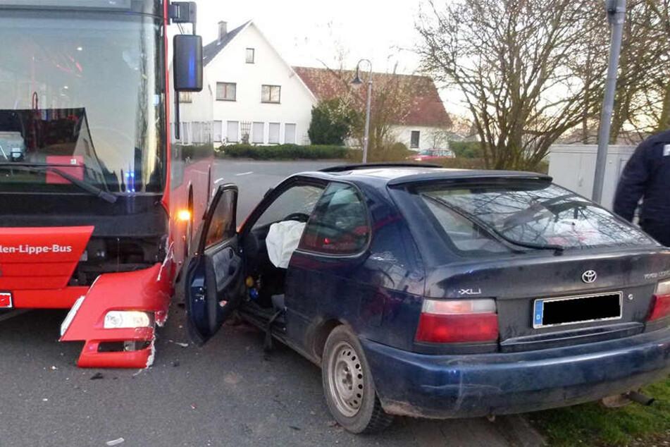 Beim Abbiegen krachte ein Toyota in einen Bus.