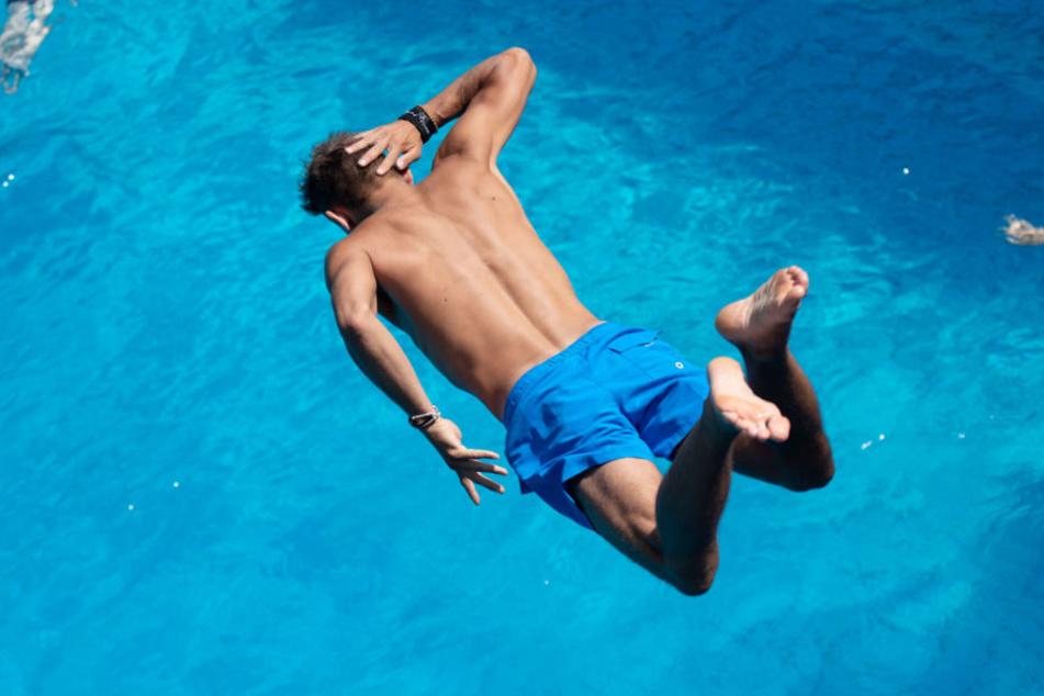 Beim Sprung ins Becken verletzte sich der Mann schwer (Symbolbild)