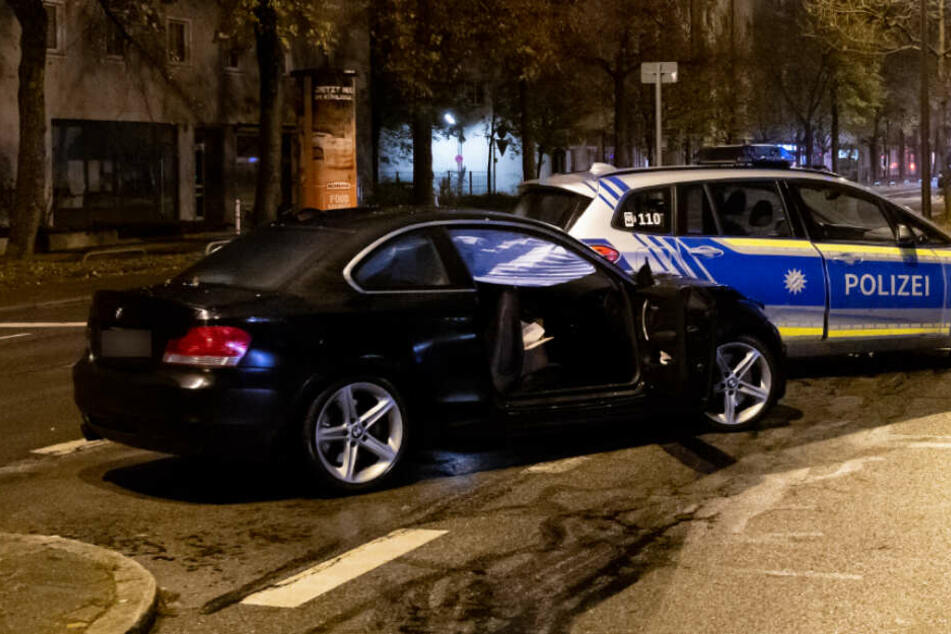 Der BMW des Todes-Rasers steht auf der Fürstenrieder Straße neben einem Polizeiauto.