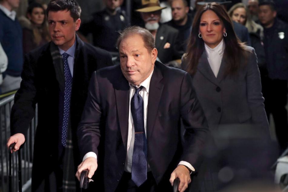 Harvey Weinstein (Mi.), verlässt am 21. februar 2020 den Gerichtssaal in Begleitung seiner Anwältin Donna Rotunno (re.).