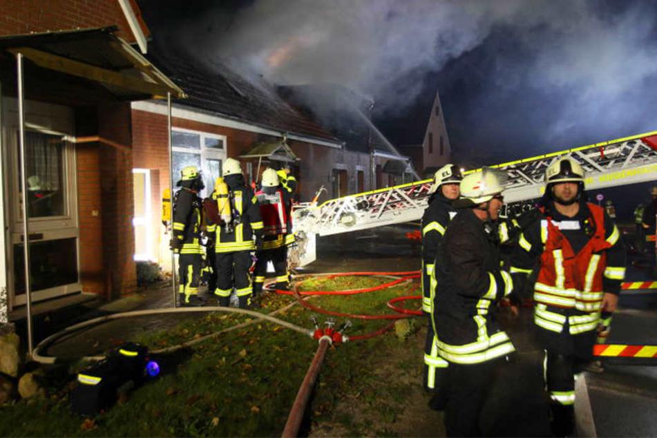 Über mehrere Stunden, bis in die Nacht hinein, waren die Feuerwehrleute mit dem Bekämpfen des Feuers beschäftigt.