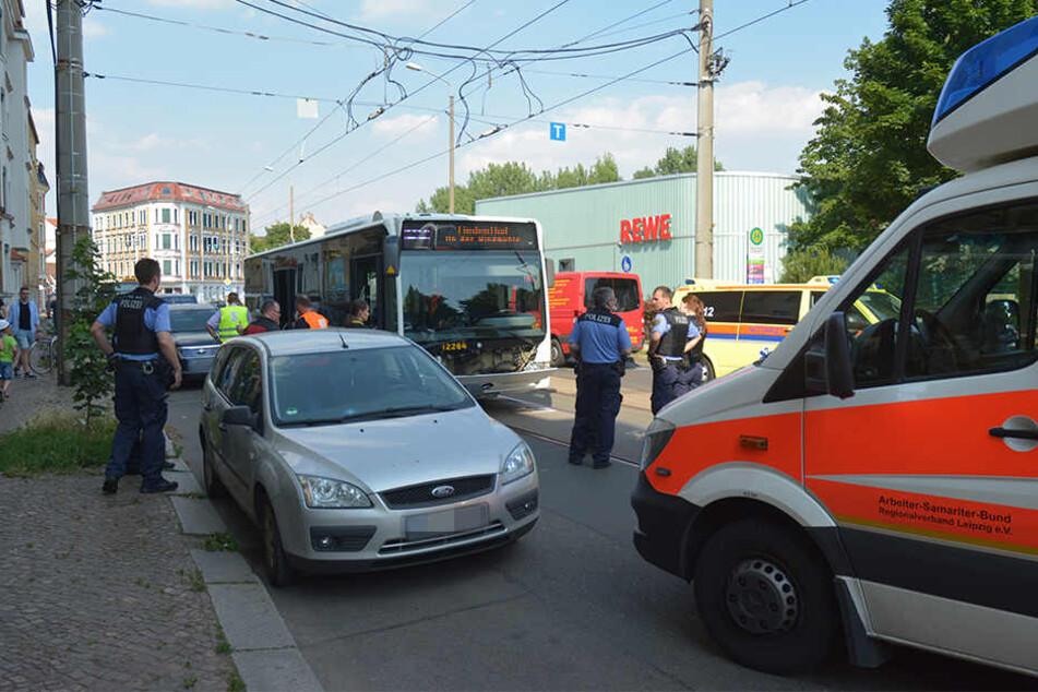 Auf Höhe des REWE-Supermarkts ist das Kind plötzlich über die Straße in einen fahrenden Bus gerannt.