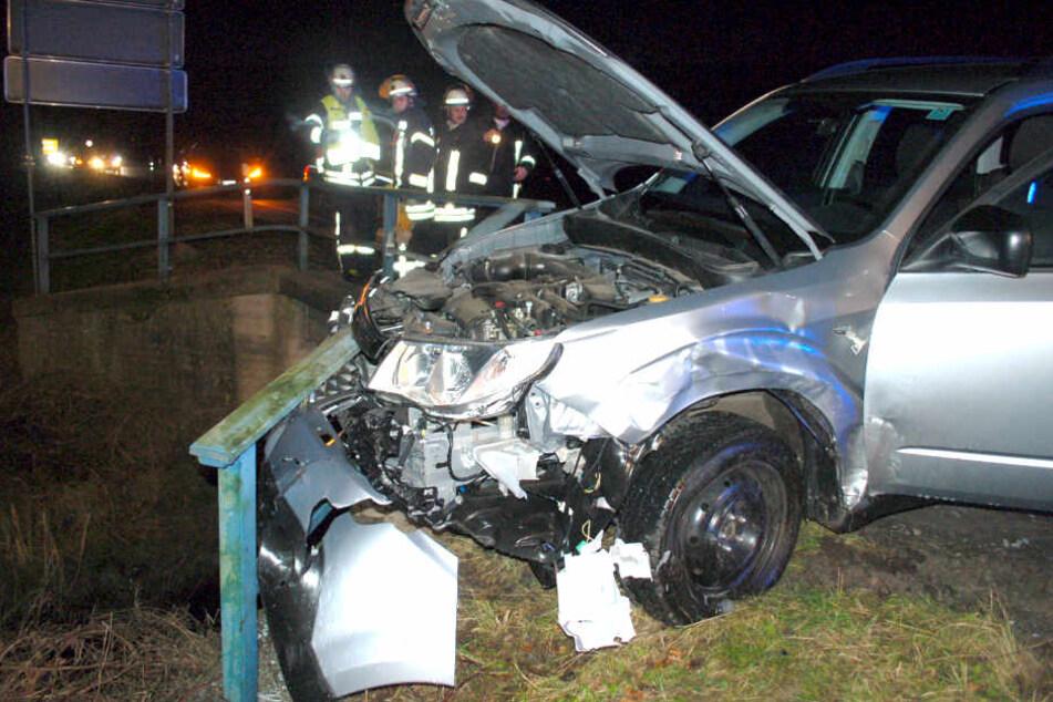 Der silberne Subaru wurde nach dem Crash gegen ein Brückengeländer gequetscht.