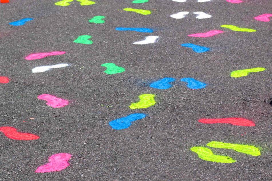Diese bunten Fußabdrücke schmücken die Wege in Grünau.