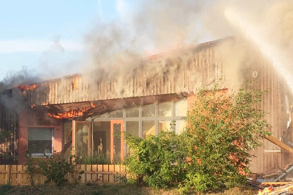 Das Feuer hat den Kindergarten zerstört.