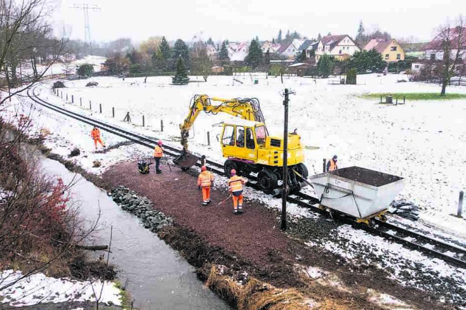 Bagger auf Schienen reparierten das unterspülte Gelände bei Berbisdorf.