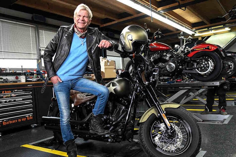 Schlager-Star Matthias Reim (60) neben einer Harley Davidson. Der Sänger ist von Motorrädern fasziniert.