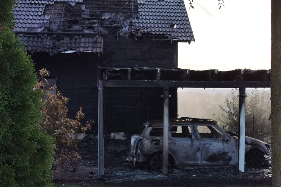 Das Feuer in Regensburg war nach Angaben der Feuerwehr in einem Carport ausgebrochen und schnell auf das Haus übergegangen.