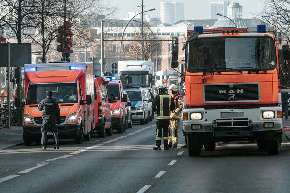 Wegen starken Rauchgeruchs wurde die Feuerwehr in einen Neubaublock alarmiert. Eine 96-Jährige hatte Essen auf dem Herd vergessen und auch den Brandmelder überhört. (Symbolbild)