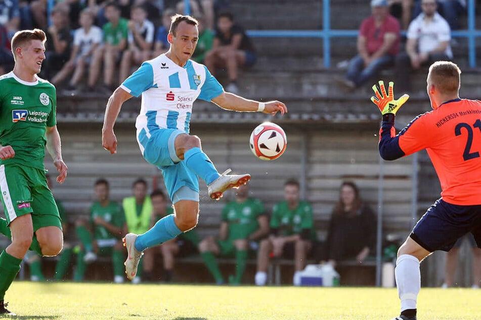 Hoch das Bein! Der Chemnitzer Timo Mauer (Mitte) versucht mit einem Heber Markleebergs Torhüter zu überlisten.