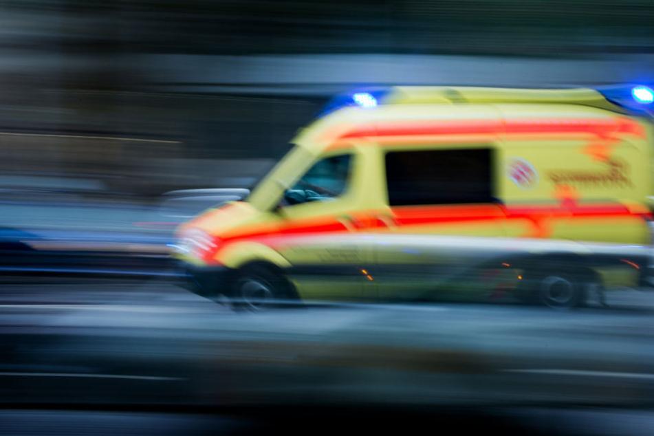 Die beiden Männer wurden ins Krankenhaus gebracht. (Symbolbild)