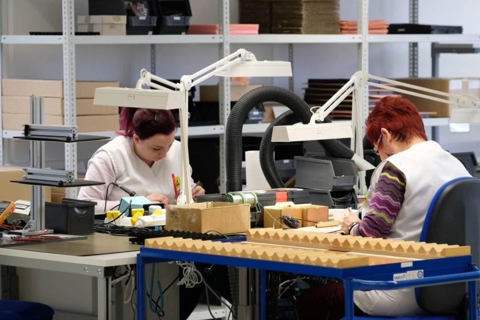Mitarbeiterinnen des Sensorherstellers Micas bei der Arbeit im erzgebirgischen Oelsnitz. Der Fachkräftemangel sorgt dafür, dass wieder mehr unbefristete Stellen angeboten werden.