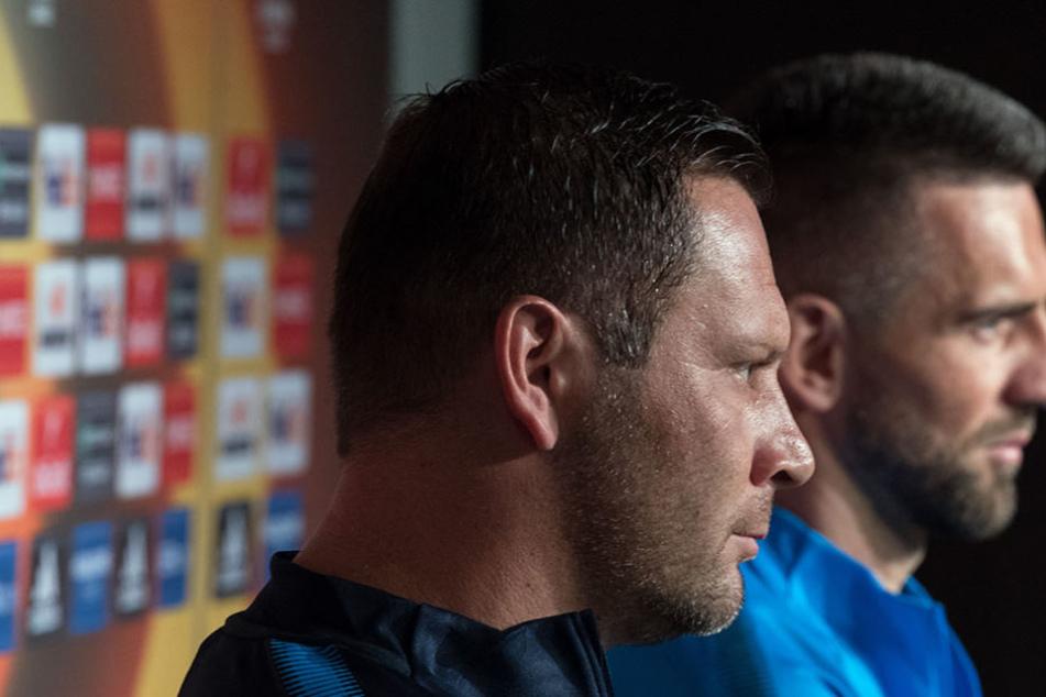 Herthas Trainer Pal Dardai (l) sitzt auf einer Pressekonferenz neben Mannschaftskapitän Vedad Ibisevic.