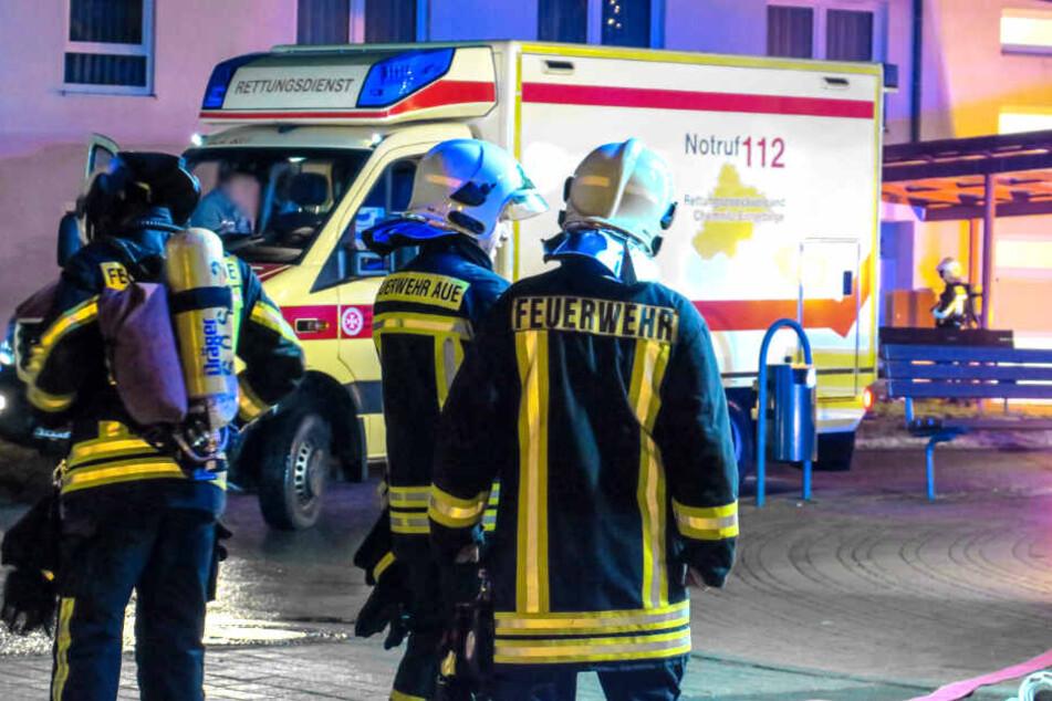 Eine Person aus dem betroffenen Zimmer musste von den Rettungskräften behandelt werden.