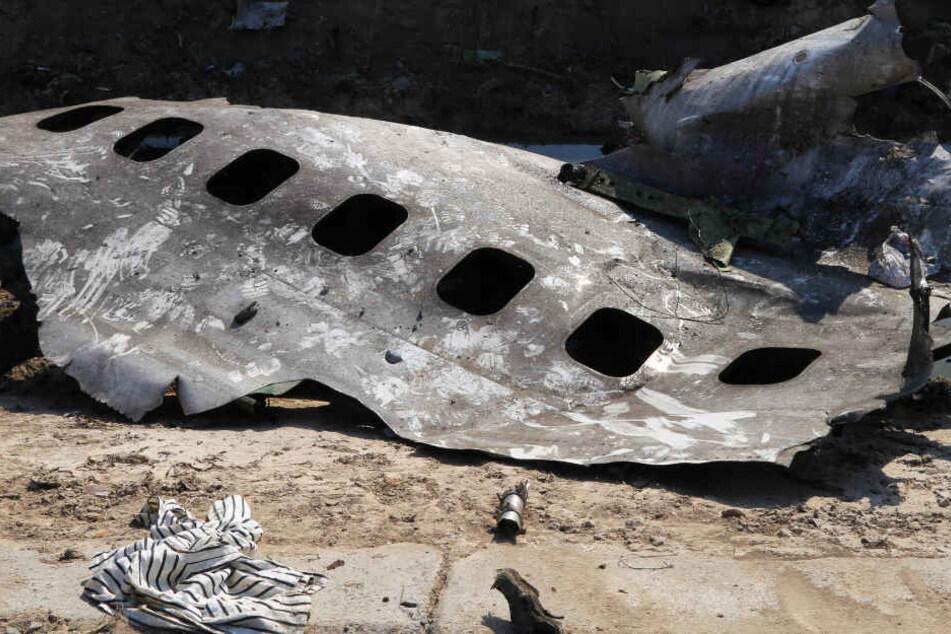 Trümmerteile der ukrainischen Passagiermaschine liegen am Absturzort nahe Teheran.