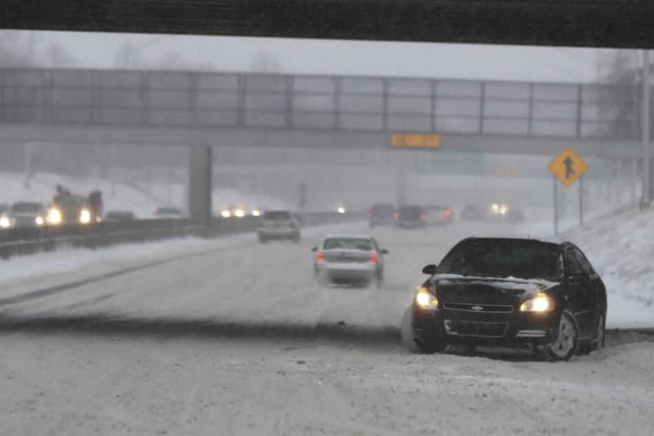 Ein Auto steht verkehrt herum auf der Interstate 94 bei Detroit.
