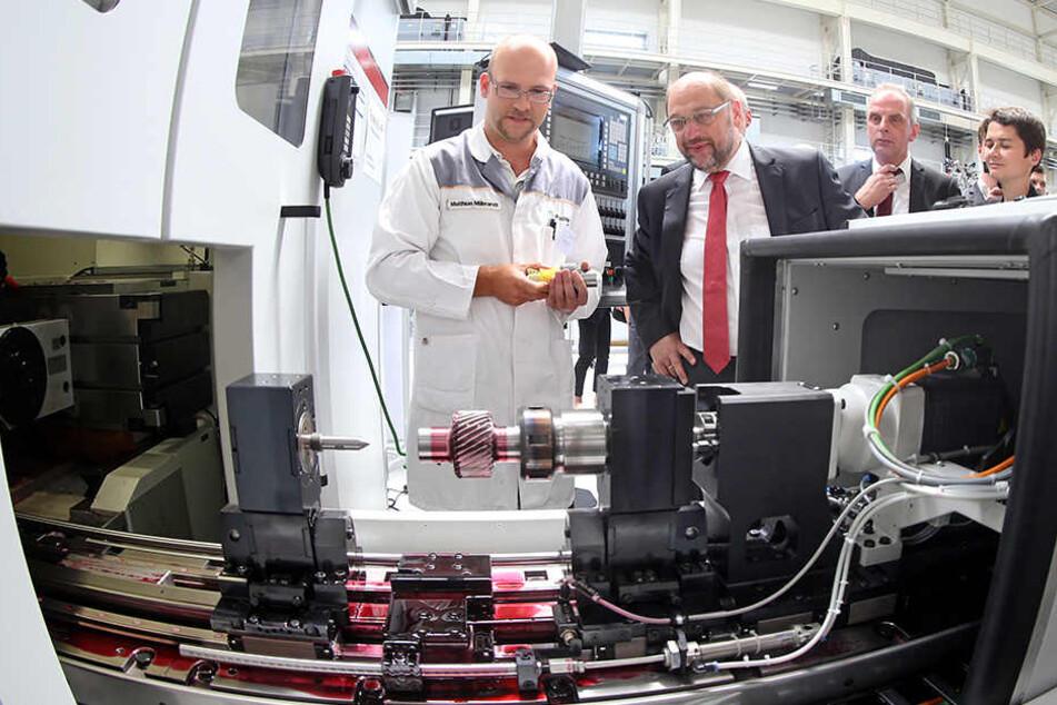 Hier lässt sich der Kanzlerkandidat von Matthias Milbradt ein Hochleistungsgerät zeigen.