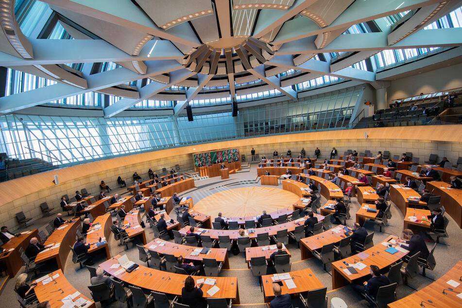 Die Landesregierung hat ein umstrittenes Vorhaben in den nordrhein-westfälischen Landtag eingebracht: ein Epidemie-Gesetz, das Grundrechte massiv einschränken würde.