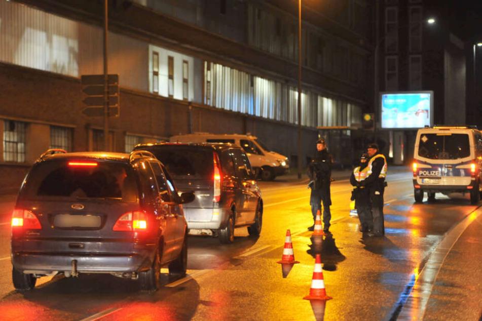Die Polizei kontrolliert Fahrzeuge in Essen.