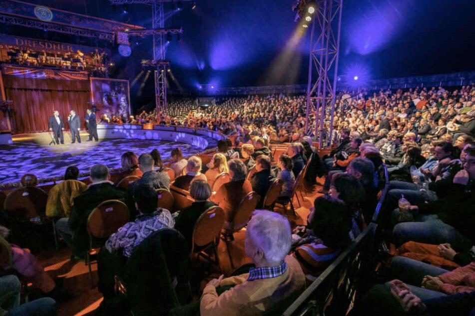 Die Zuschauer im ausverkauften Chapiteau der 24. Dresdner Weihnachts-Circus verfolgten gestern Abend gespannt die Preisverleihung.