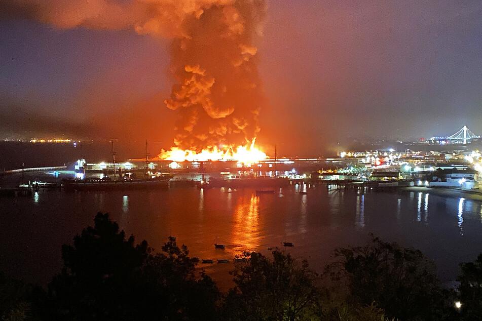 Großbrand in San Francisco: Historischer Pier 45 brennt