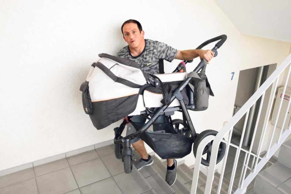 120 Stufen Qual: Mieter Lars Menki (31) schleppt seinen Kinderwagen in den  achten Stock.