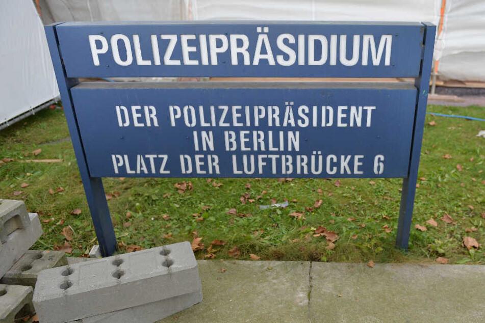 Ein Schild steht am Polizeipräsidium am Platz der Luftbrücke in Berlin.