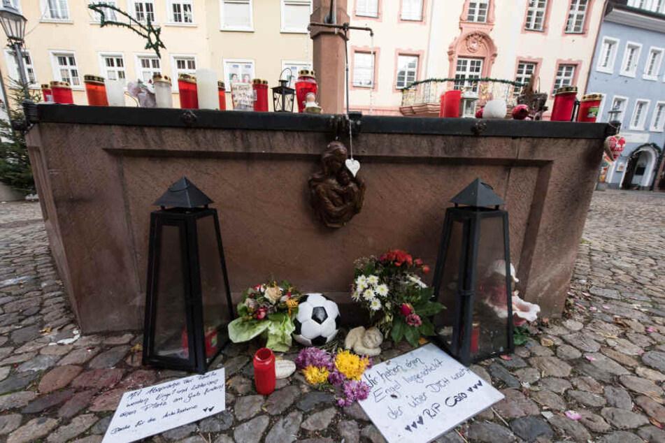 Kerzen und Trauerschmuck am Stadtbrunnen in Endingen. Die Tat erschütterte das 9000-Seelendorf. (Archivbild)