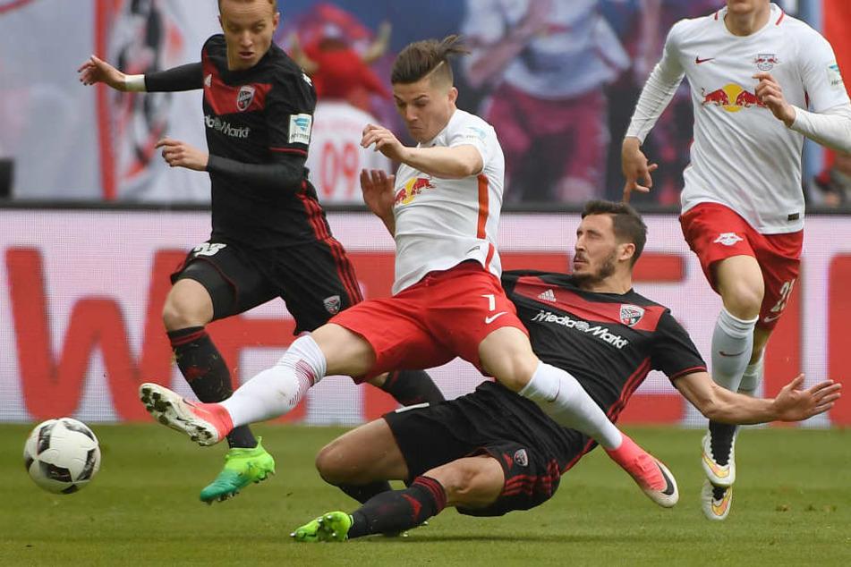 Ruppig geführte erste Halbzeit: Marcel Sabitzer (vorn) wird von Matthew Leckie gefoult. Auch Florent Hadergjonaj (l.) geht mit auf den Gegenspieler drauf.