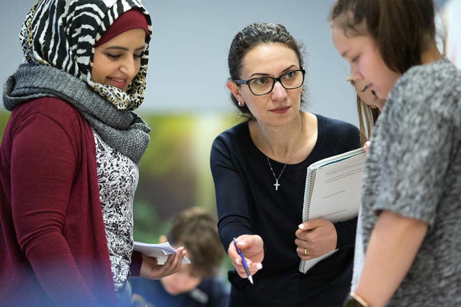 Shogine Kamoyan (40, mi.) und Marwa Sulaiman (29, li.) werden von der Universität Bielefeld ausgebildet.