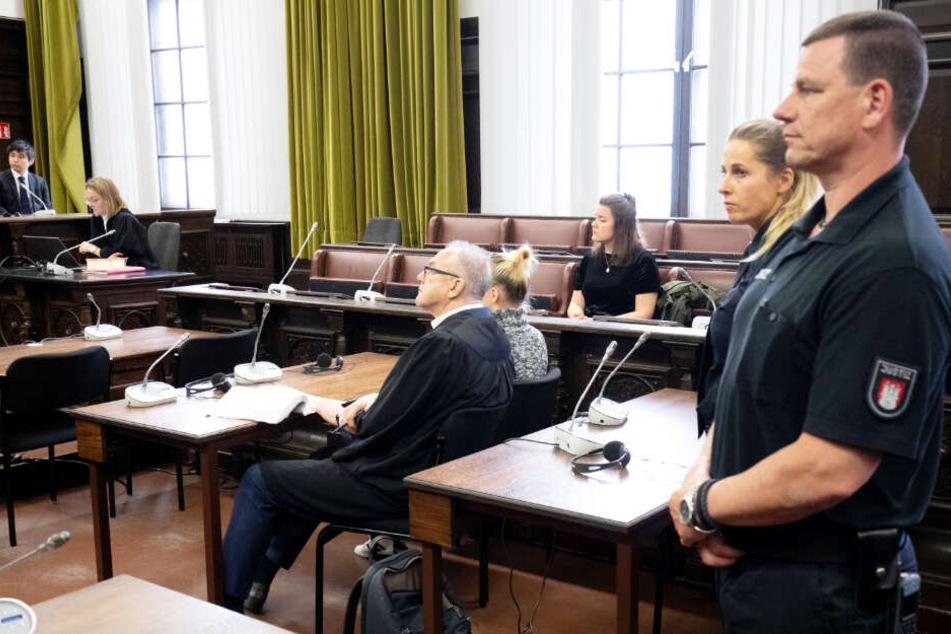 Lisa S. und ihr Anwalt Siegfried Schäfer (links) sitzen im Gerichtssaal im Strafjustizgebäude.