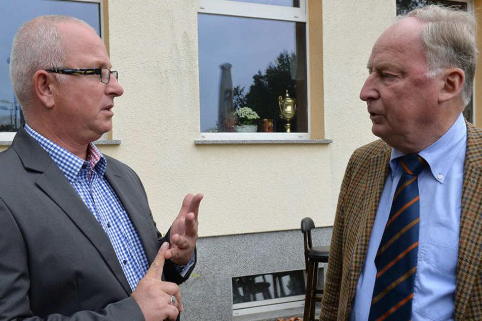 Alexander Gauland (r) und Detlev Frye unterhalten sich.