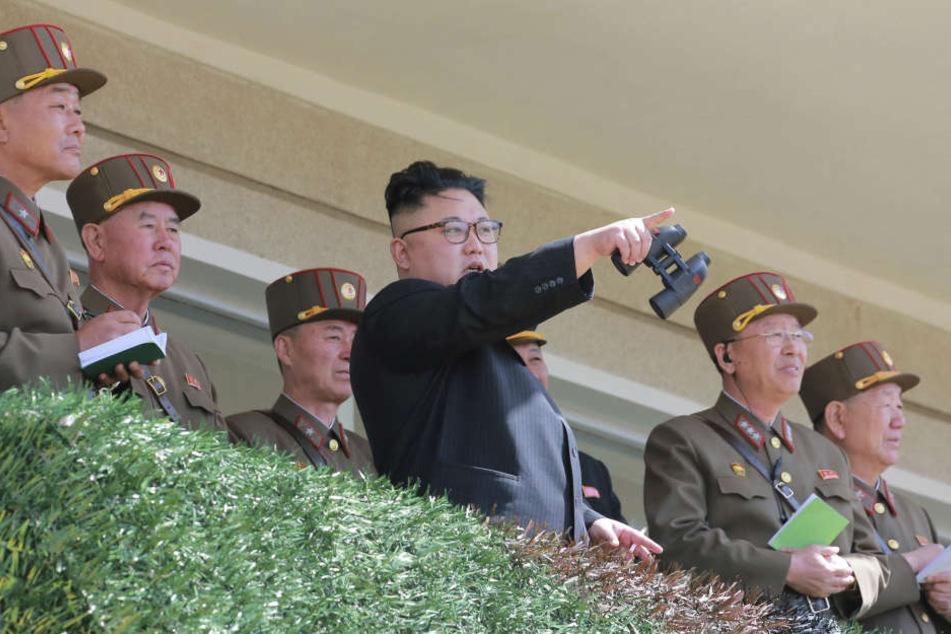 Koreas Machthaber Kim Jong Un (Mitte).
