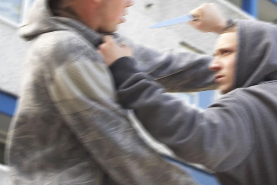 Erst prügelte er mit einem Ast auf sein Opfer ein, dann zückte der 29-Jährige ein Messer! (Symbolbild)
