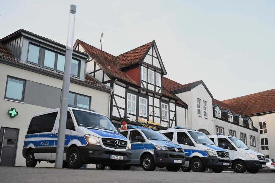 Polizisten sichern das Oberlandesgericht in Celle.