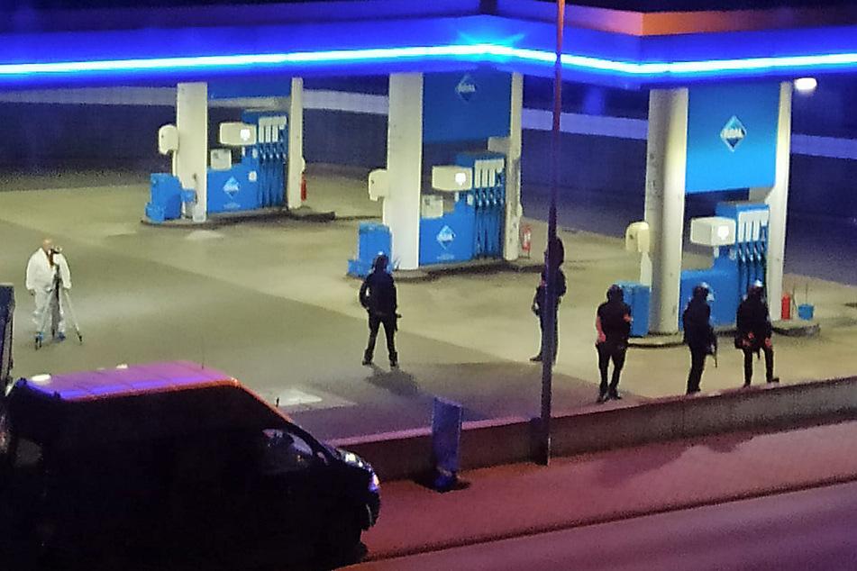 Polizisten sichern eine Tankstelle. Die beiden Männer waren am Samstagabend vor dem Tankstellengebäude in Streit geraten, wie die Polizei mitteilte. Anschließend flüchtete der Täter zu Fuß.
