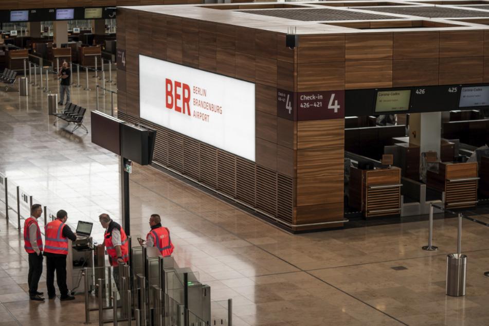Schönefeld: Techniker und Arbeiter sind in der Abflughalle des neuen Flughafens Berlin-Brandenburg Willy-Brandt unterwegs.