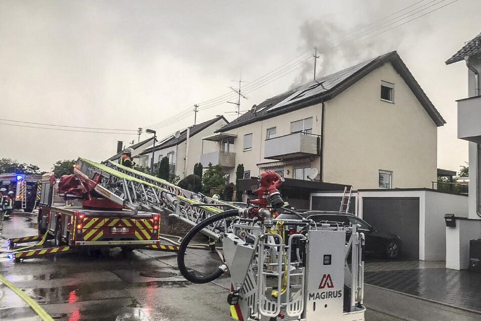 Einsatzkräfte der Feuerwehr bereiten sich für Löscharbeiten an einem Wohnhaus im Ortsteil Haslach vor.