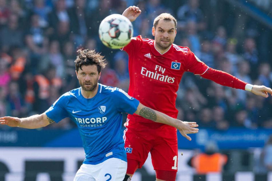 Pierre-Michel Lasogga hat im Duell mit Bochums Abwehrspieler Tim Hoogland das Nachsehen.