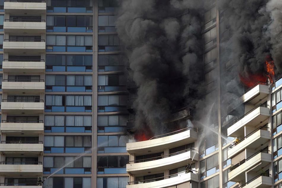 Auch die Feuerwehrleute selbst mussten sich während der Löscharbeiten in Sicherheit bringen.