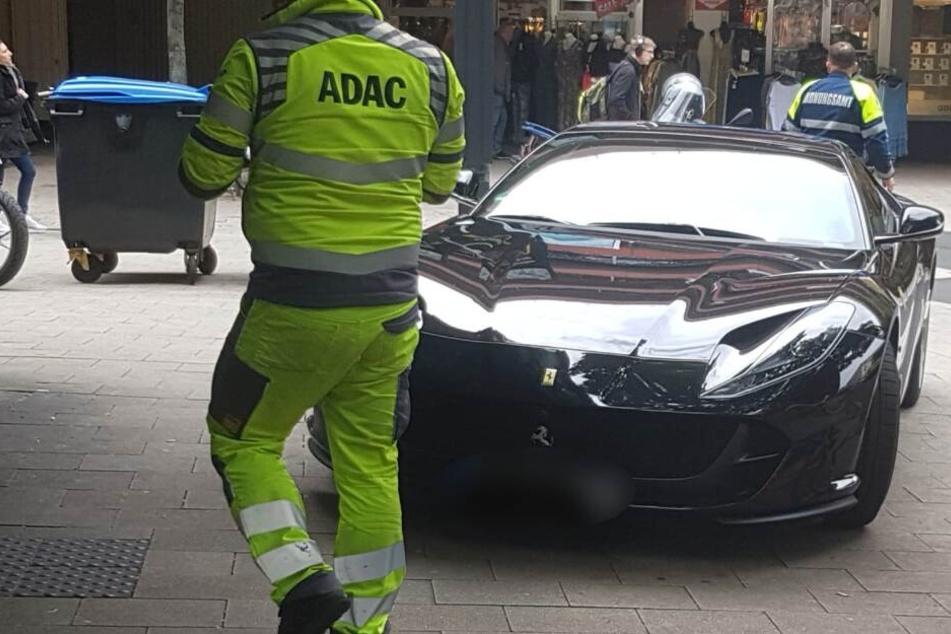 Das Ordnungsamt ließ am Dienstag diesen Ferrari in der Kölner Innenstadt abschleppen.