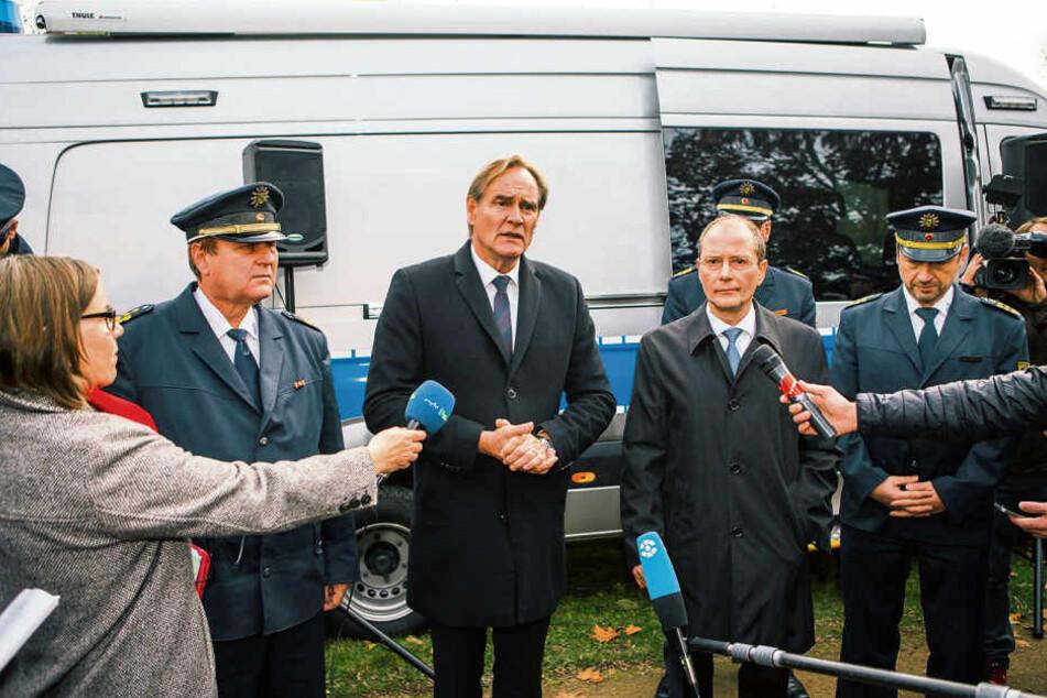 Vor exakt einem Jahr, am 2. November 2017, verkündeten Leipzigs OB Burkhard Jung (SPD, l.) und der damalige Innenminister Markus Ulbig (CDU), dass der Eisenbahnstraßen-Kiez zur Waffenverbotszone werden solle.