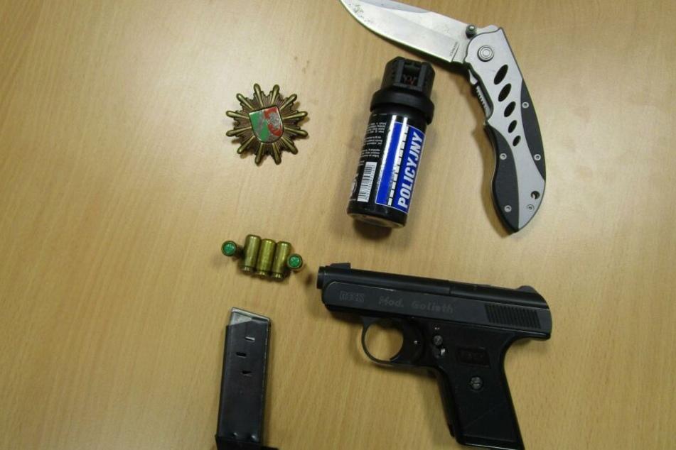 Eine Schreckschusspistole, ein Messer und Reizgas hatte der falsche Polizist auch am Körper