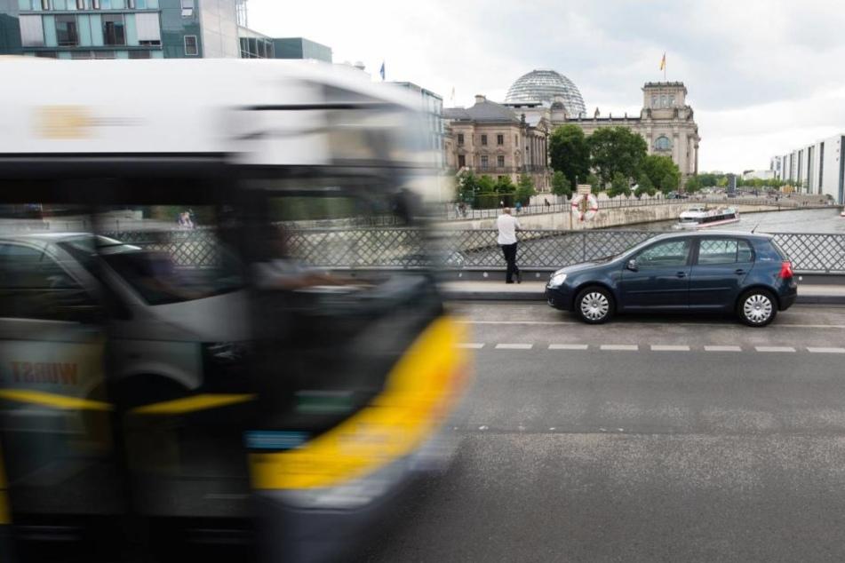 nbekannte haben in der Nähe des Alexanderplatzes auf einen Bus der Berliner Verkehrsbetriebe (BVG) geschossen (Archivbild).