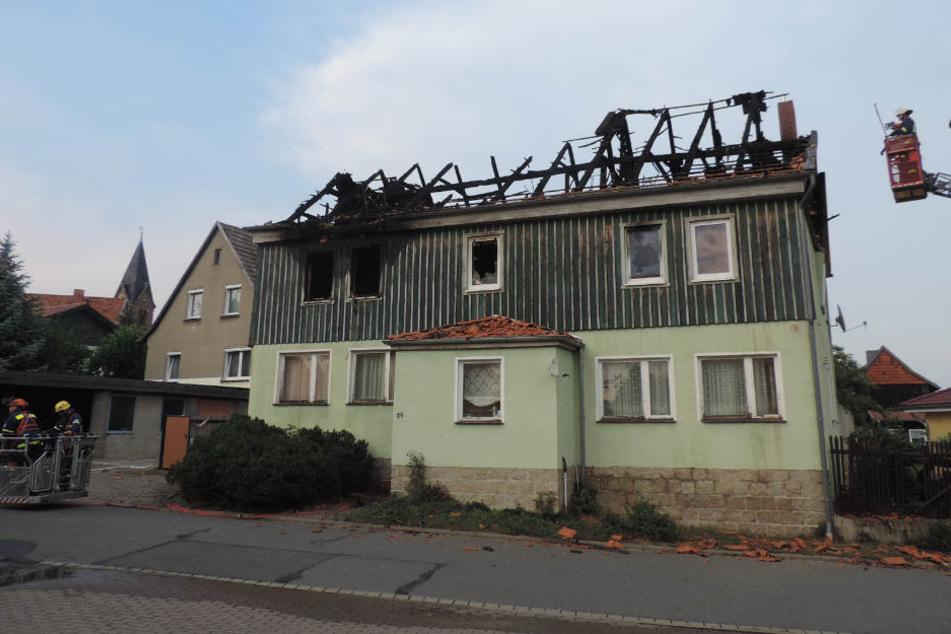 Bis in die Abendstunden waren die Feuerwehrkameraden und 22 Mitarbeiter des tHW damit beschäftigt, den Brand zu löschen, beziehungsweise das Gebäude gegen herabfallende Dachteile zu sichern.