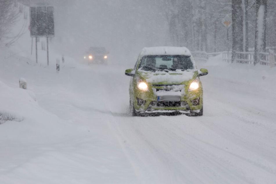 Verkehrschaos durch Neuschnee in Sachsen