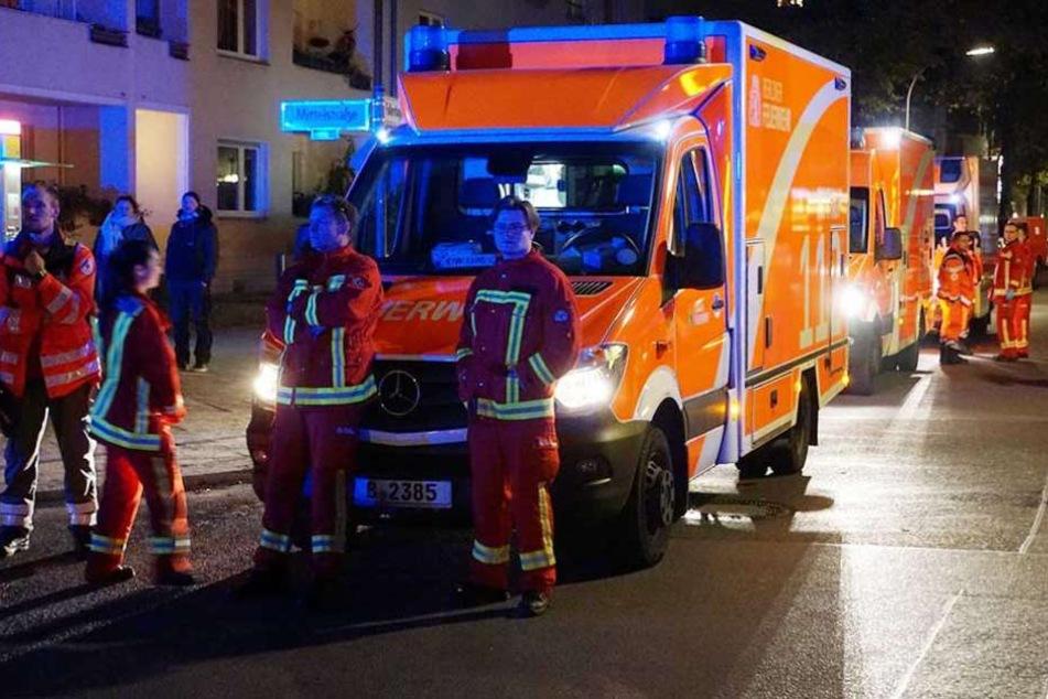 Rettungskräfte brachten 13 Bewohner des Hauses in Sicherheit.