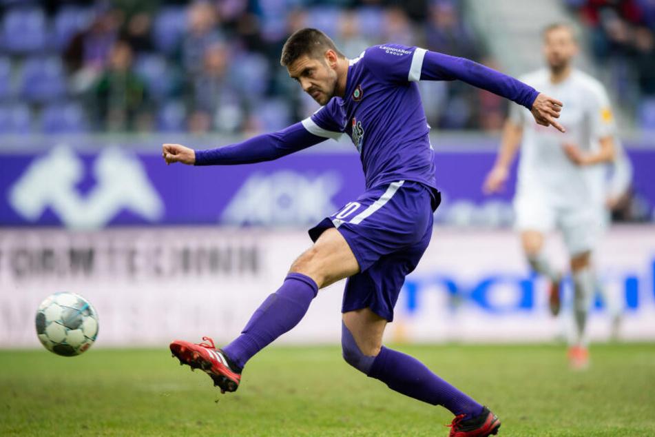 Dimitrij Nazarov zieht volley ab und trifft zum 1:2.